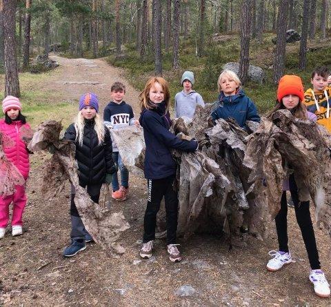 SØPPEL: 4.klasse ved Raumyr skole fant masse gammel søppel på tur til Kjennerudvannet. Det likte de dårlig.