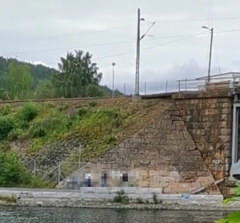 Ungdommer ble observert mens de tagget muren under jernbanebrua tirsdag kveld.