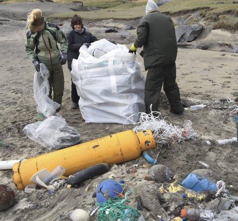 Mye søppel: Det er to år siden forrige ryddeaksjon i Kvalvika i Moskenes, og denne gangen ryddet 20 innsatsvillige personer sammen hele 13 kubikkmeter med søppel i strandryddeaksjonen denne litt heftige værmessig lørdagen i mai 2016. Foto: Eilif B. Landsend