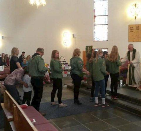 TILBAKE: Frode Wigum var tilbake som sogneprest i Borge kirke etter ett års permisjon. Her bærer speiderne inn markens grøde. Alle foto: Kirka i Vestvågøy