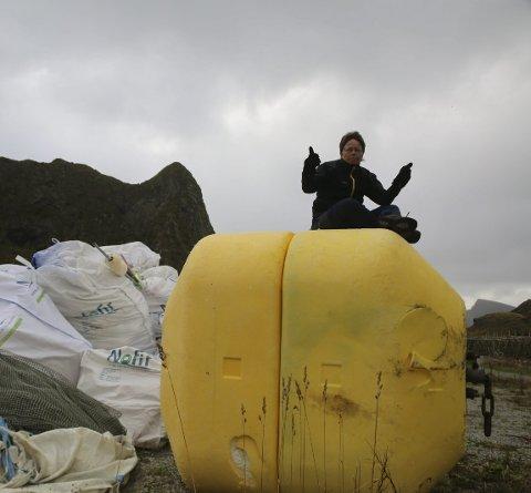 Søppelberg: June Grønseth oppe på offshorebøya på Værøy som ble hentet med helikopter, og som nå er sendt til LAS i Lofoten for gjenvinning.