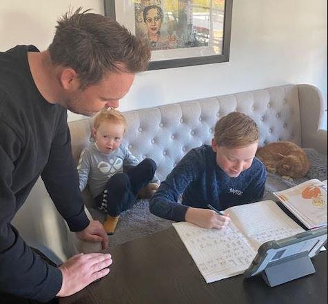 UTFORDRENDE: Skolearbeid med Markus (11) er ikke alltid like enkelt for far Erik (39) når Tobias (2) også skal ha oppmerksomhet.