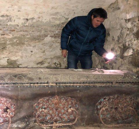 Kirkeverge Martin Ljønes ved kisten hvor den 322 år gamle mumien ligger. Foto: Mina Brodshaug Sveen