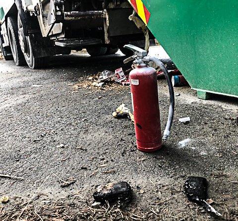 Et litiumbatteri skapte i dag branntilløp på en av renovasjonsbilene til FIAS. Det var ved tømming av restavfall på Os returpunkt sjåføren oppdaget røykutvikling.