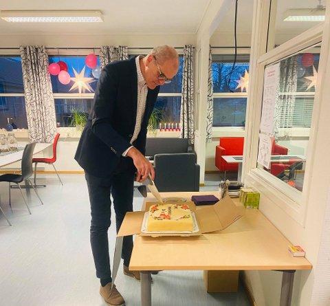 Ordfører Jon Sanness Andersen besøkte 30-åringen Tjøme ungdomsskole før juleferien. Der vanket det kake.