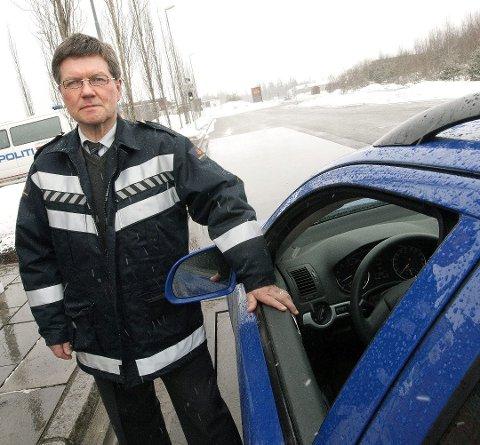 BARE TULL: Fagsjef Bernt Johan Strand ved Jessheim trafikkstasjon var med på spøken. FOTO: ROAR GRØNSTAD