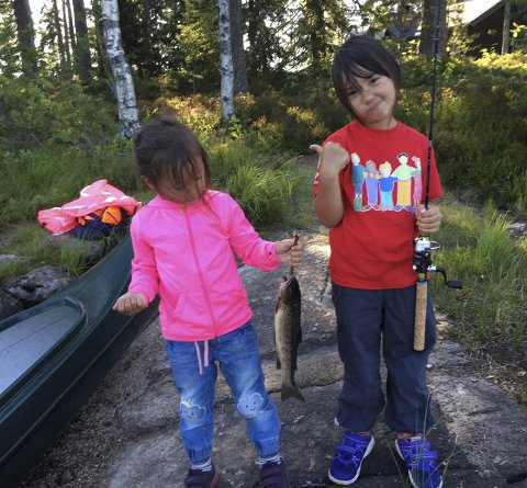 Lillesøster best: Sara Elisabeth (4) og Emily Andrea (7) Bjørklund har fisket på Romeriksåsene. Sara tok ørreten på 400 gram.