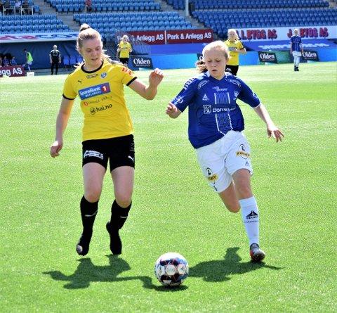 Adele Thomassen (t.h.) scoret det ene av Sarpsborg 08s to mål borte mot Kongsvinger lørdag, men det holdt ikke for sarpingene. Kongsvinger vant 3-2. (Foto: Kjetil A. Berg)