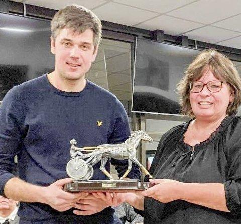 PRIS: Gøran Antonsen fikk overrakt bragdpris for prestasjonene til Lionel i 2018. Her med leder May Lisbeth Olsen.