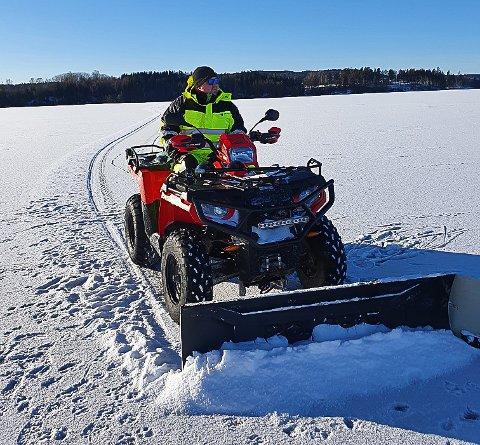 PÅ ISEN: Lasse Pedersen kjører ATV med isskraper for å bedre løypeforholdene på Rødenessjøen.