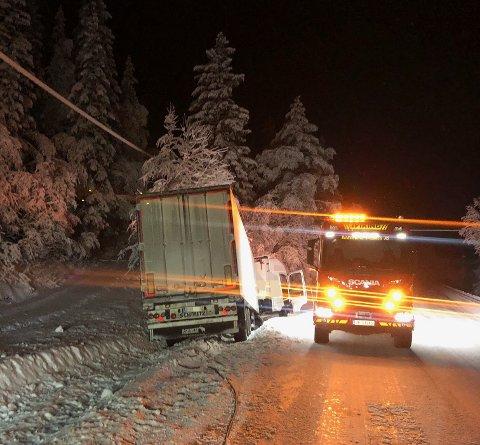 Et vogntog fikk store skader på Tonsåsen i dag tidlig, og er på veg til merkeverksted. Foto:Innsendt