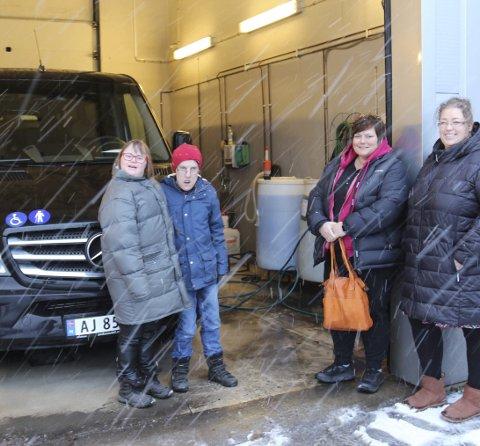 Katrine Karlsen (f.v.), Marius Leirbakken, Therese Iren Steen Johansen og Fay Rygge foran bilen de nå har fått.