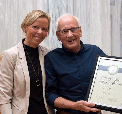 TAKKET AV: Det vanket kongelig heder på Harald Torske da han ble takket av som lege av Siri Ekle Skaanes og Klæbu kommune.