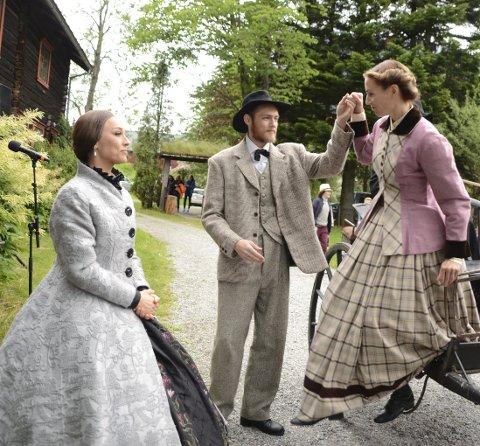 Stil: Lars Hoås ( Lars Melsæter Rydjord) tar i mot Lady Arbuthnott (Yngvild Støen Grotmol) og Karen Lønset (Ingrid Lian-Bjørgum) ute i det fri på Elverhøy et tidligere år.