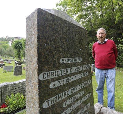 Sjømannsrøtter: Christen Christensen besøker familiegrava på Risør kirkegård. Han er oppkalt etter bestefaren.foto: stig sandmo