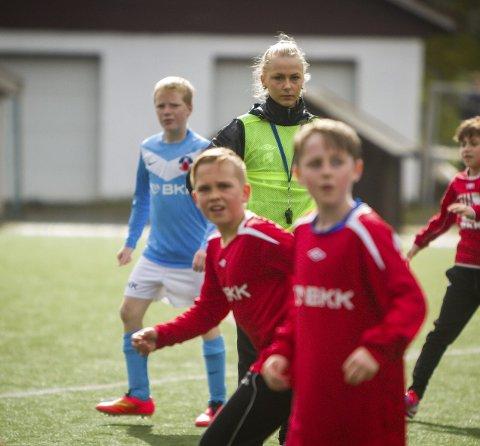PASSAR PÅ: Elin Hosøy er dommar under turneringa. Ho passar på at alt går rett for seg på banen.