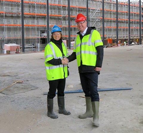 AVTALE: Synnøve Lyssand Sandberg, byggherredirektør i byggherreavdelingen i Statsbygg og Terje Bøe, CEO i Alabasthallen.