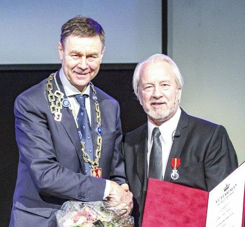 Hedret: Gunnnar Enok Nilsen fikk medaljen tildelt av ordfører Bent Inge Bye. FOTO: ARNE EIDE