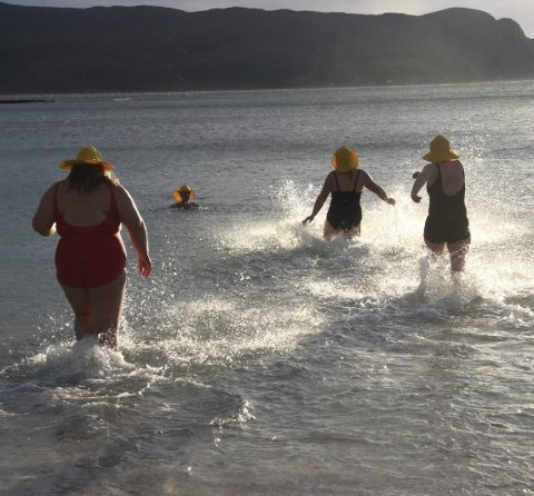 FRISKT: Ikkje mange grader i sjøen, men det hindrar dei ikkje i å bade.