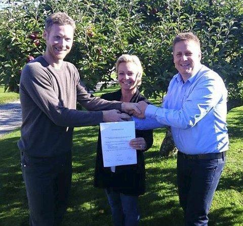 Fornøyde: Venstre, Høyre og Frp har nå signert samarbeidsavtale i Råde.  Foto: Privat
