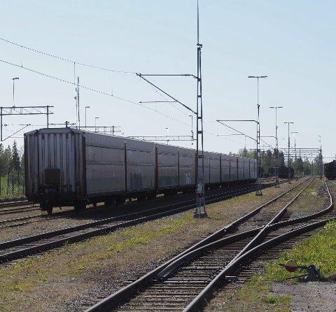 MED OG UTEN STRØM: På jernbanestasjonen i Haparanda møtes de svenske og finske jernbanesporene. Det er ikke bare sporvidden som er forskjellig. Over de svenske sporene til venstre på bildet henger den strømførende kontaktledningen. På det finske sporet til høyre kan det ikke brukes elektriske lokomotiv.
