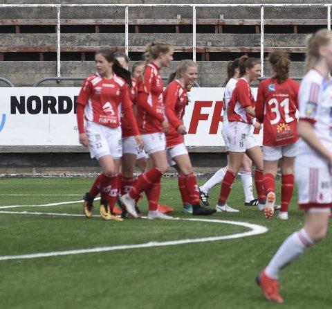 Mjølner-MÅL: Mjølner jubler etter ei av sine scoringer mot Medkila i U19-NM. Det ble tap 2-4. Foto: Kolsvik