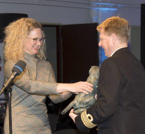 Statuett: Kulturrådets leder Tone Hansen overleverer prisen til Sjef i Forsvarets Musikk, kommandørkaptein Arnstein Lund.