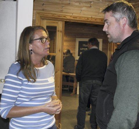 Hytter: Knut Arne Gjems er interessert i hva vindmøllene vil betyr for eksisterende næringsliv på Finnskogen. Her i samtale med Weronica Andersson fra WPD.