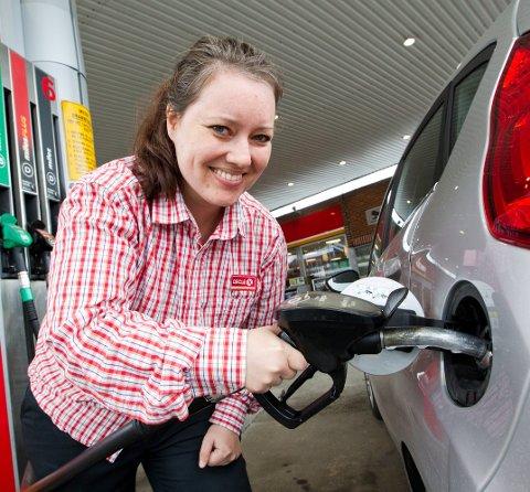 FEILFYLLING: På nyere bilmodeller er hullet til bensintanken mindre enn hullet på dieseltanken. Likevel klarte Madeleine Ruud Rustad som en test å fylle noen dråper diesel på bensintanken. Hun er daglig leder ved Circle K i Arkovegen.  BILDER: Ole-Johnny Myhrvold