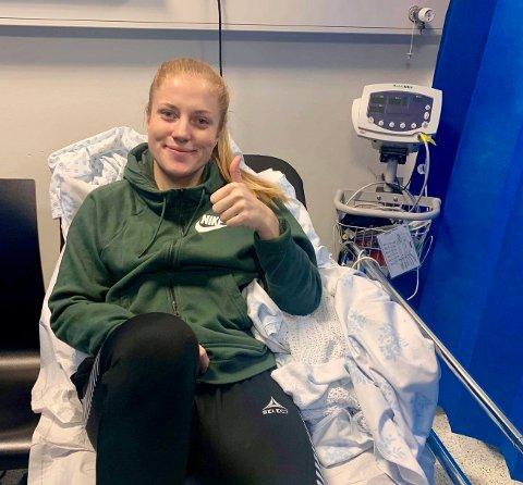 UNDER KNIVEN: Stina Næss Berge gjennomgikk nylig sitt fjerde inngrep i venstre kne. - Jeg er født optimist og håper å være på banen for Hønefoss BK til sesongstarten 2020, sier Stina Næss Berge fra Roa.