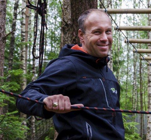 Bra sommer: Henrik Aune, eier for Klatring på Grensen, syns det er en fin sommer i klatreparken.