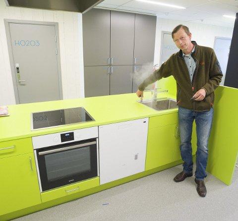 Felles Kjøkken: – Her er det blant annet komfyr, oppvaskmaskin og egen kran for kokende vann, sier Lislerud Midtfjeld.