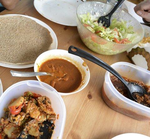 EKSOTISK MAT: Alicha (nede t.v.), shiro (sausen), tayta (pannekakene), salat med tomat og zingi (oksekjøtt med tomatsaus).