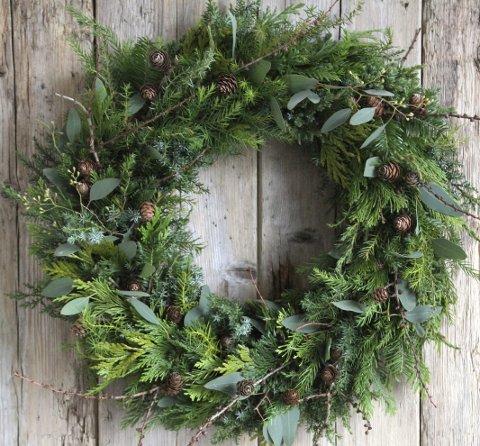 Naturlig:  Krans av vintergrønne blader og kongler.