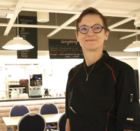 Fornøyd: Marleen Tielemans driver lunsjkafeen «To kopper» sammen med mannen Jacobus Creemers på Leland. Foto: Jill-Mari Erichsen