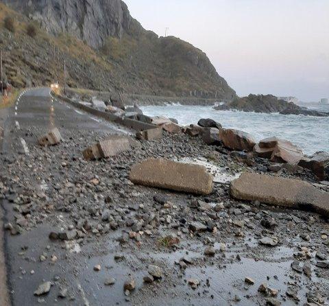 Steinraset gjør at veien er stengt