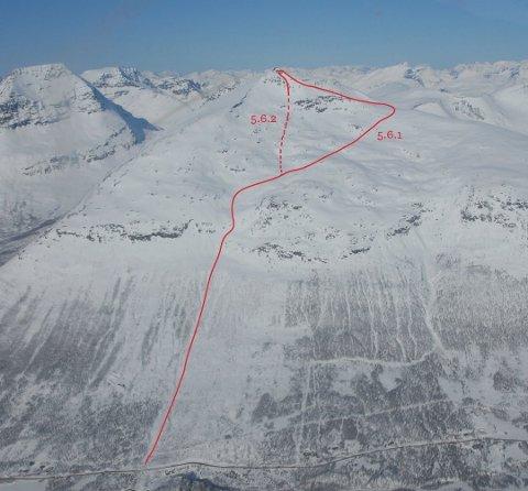 FJELLET: Blåbærtinden med ruteinntegninger. Skredene har gått helt i toppen, innenfor de to rutene. Bildet er fra boka Toppturer i Troms av Espen Nordahl. Foto: Espen Nordahl/Friflyt.no