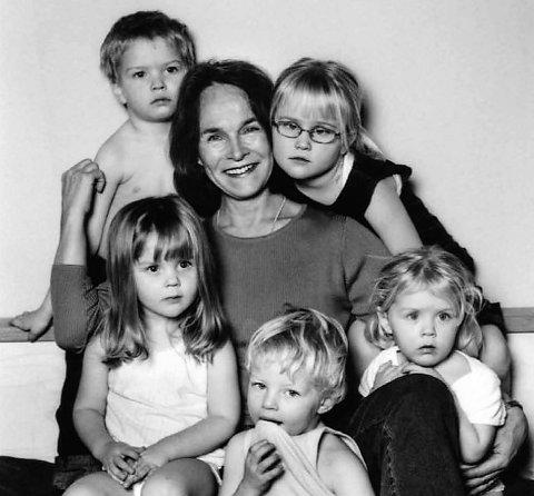 FRODIG FAMILIE: – Vi er en frodig familie når alle er med, sier Gro Nylander, her fra tiden da tredje generasjon begynte å strømme på. Bak f.v.: Mats, Gro og Hannah. Foran f.v.: Amanda, Aksel og Helena.