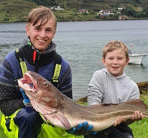 Glade fiskere: Sindre Egge Greftegreff og Hans Kristian Mathisen med torsken som dessverre viste seg å ha en stor plastboks i magen.