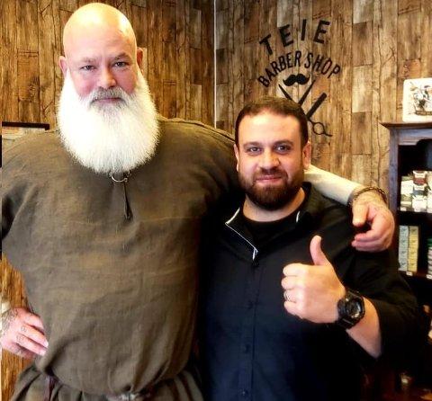 TREDJE BEST: Henrik Larsen fra Tønsberg kom på en tredjeplass under helgens kåring av «Norges beste skjegg» i Oslo. Her med Talal Alsady fra Teie Barber Shop.