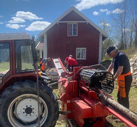 PÅ FRØNE: Dugnadsarbeiderne har blant annet pakket 120 sekker med ved samt ryddet hus og tomt på Frøne.