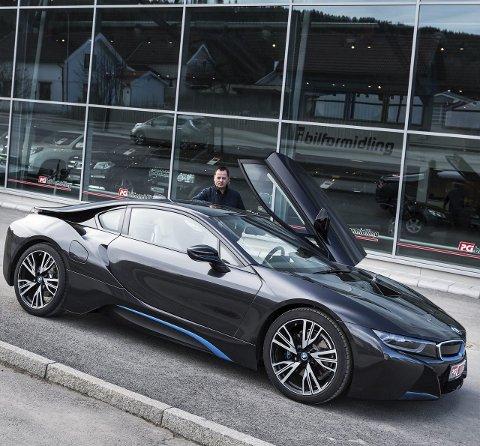 Ifølge BMW skal i8 bruke 0,21 liter per mil ved blandet kjøring, samtidig som den når hundre kilometer i timen på 4,4 sekunder med motorlyd og toppfart på 250.