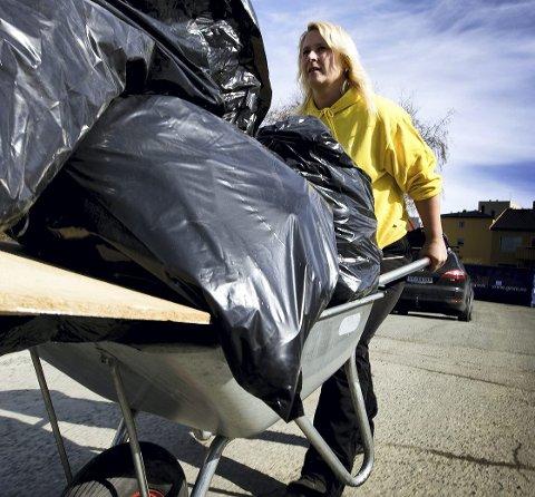 Erstattes: Fra 1. juni vil du ikke lenger kunne levere avfall i de velkjente, svarte søppelsekkene. Foto: NTB scanpix