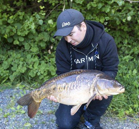 Vinneren: Med denne karpa på 9060 gram vant Andreas Næristorp RBs fiskekonkurranse.
