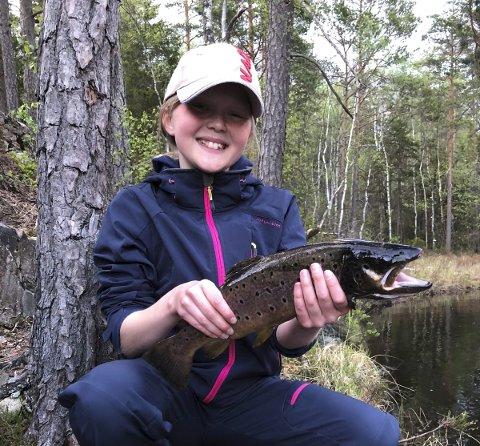 FISKELYKKE: Ronja Engtrø fikk denne fine ørreten på 1,4 kilo på mark i et vann i Fet-marka.