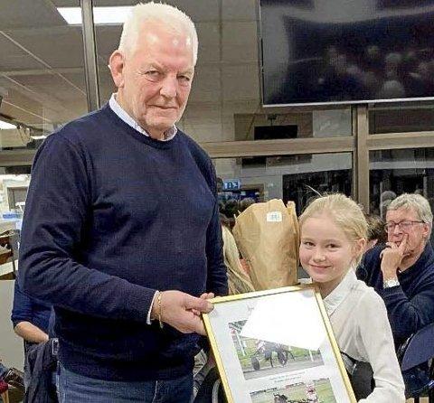 HVA: Lilly Garseg mottok pris for mestvinnende ponni på vegne av Hermine Garseg. Her med nestleder Frank Aas.