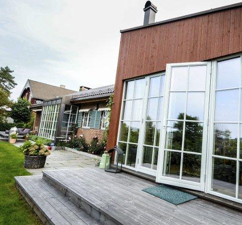 MOTTOK PRIS: Tove og mannen Karl Ivar mottok byggeskikprisen for huset sitt i Lagmannsveien