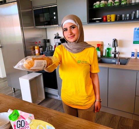 I GANG: Arwa Taleb (16) har startet i sommerjobben denne uka og gleder seg over å gjøre en innsats for kundene.