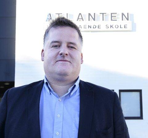 REKTOREN: Trond Hjelle er rektor ved Atlanten videregående skole i Kristiansund og keepertrener i KBK. - Hele familien trives kjempegodt i Kristiansund, sier Hjelle som har «si ega» brygge på Meløya.