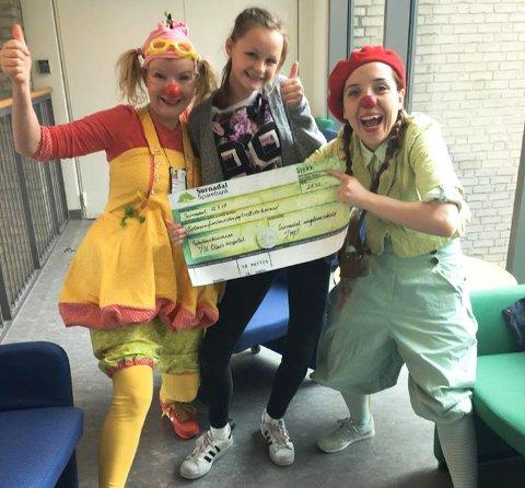 Ine Fiske (i midten) fikk være med sykehusklovnene på St. Olavs hospital en hel arbeidsdag. Klovnene Zapp og Beatriks Brennemanet Bringebær spilles av Elizabeth Piro Volan og Freya Stang. De ble veldig glade for pengegaven på 2.532 kroner.